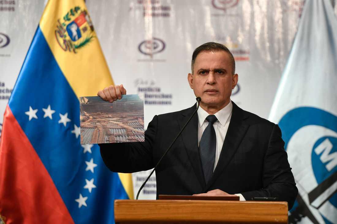 Venezuelas riksåklagare Tarek William Saab under en presskonferens i Caracas i fredags med ett foto på ammunition som han hävdar beslagtagits i samband med gripanden efter landstigningsförsöken i förra helgen.