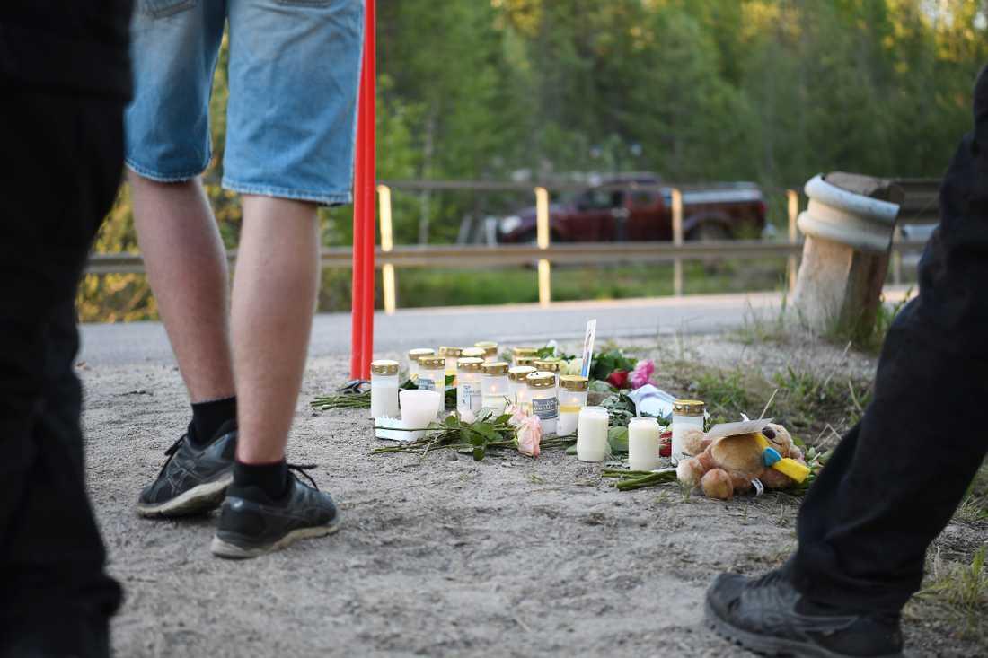 Foton, ljus, gosedjur och blommor placerades vid olycksplatsen.