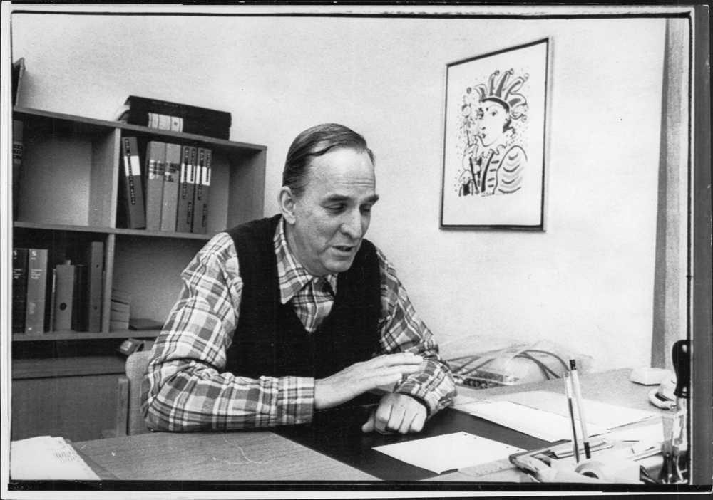 Regissören Ingmar Bergman sitter vid sitt skrivbord och vem vet, kanske funderar han på någon av alla sina storfilmer.
