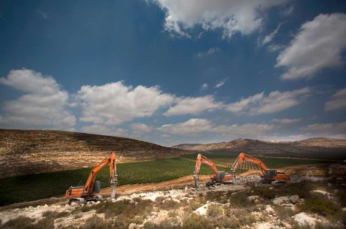 Grävskopor på Västbanken. Bilden är från ett annat tillfälle. Arkivbild.