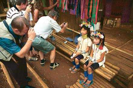 """Turister i Thailand, ur """"Välkommen till paradiset""""."""
