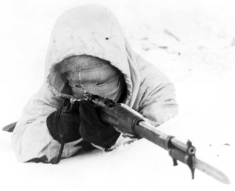 Striderna utkämpades i närmast arktiska förhållanden, vintern 1939—40 var den kallaste sedan 1809. Rätt klädsel betydde ofta skillnaden mellan liv och död. Ovan: en finländsk soldat tar sikte på fienden.