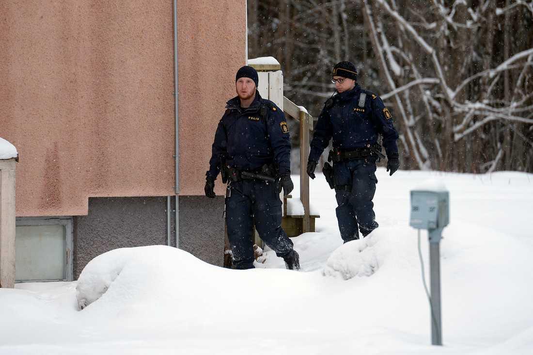Polisens letar efter spår under söndagen.