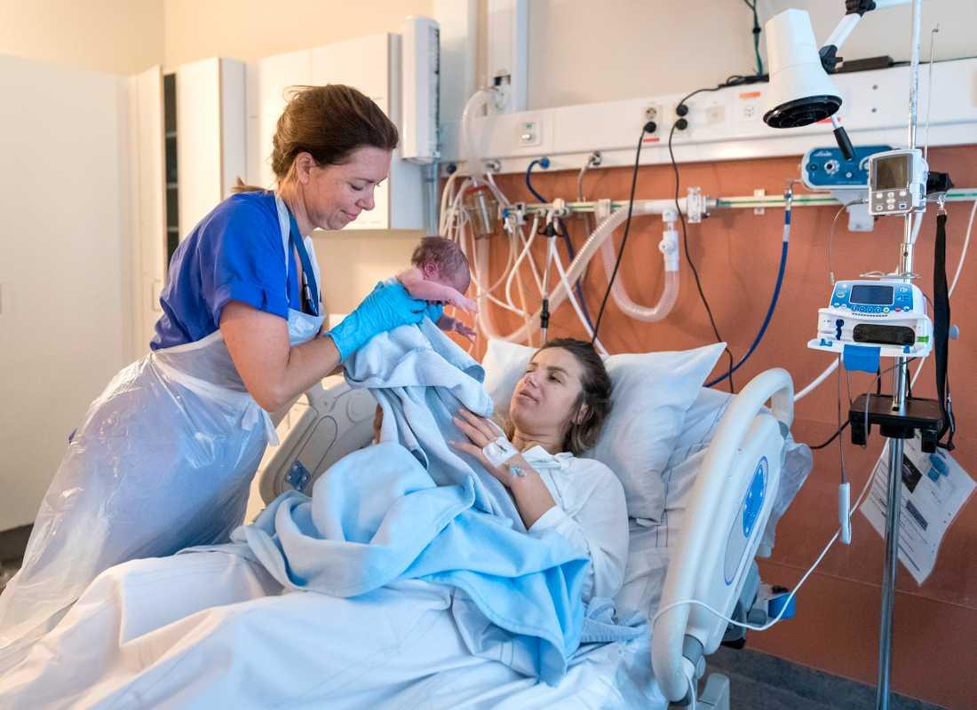 Barnmorskebristen gör sig påmind även denna sommar. Jonida Dyrmishi med sin nyfödda bebis Lea får hjälp av barnmorskan Lisa Björnsson på avd 308 på Sahlgrenska Östra sjukhuset i Göteborg.