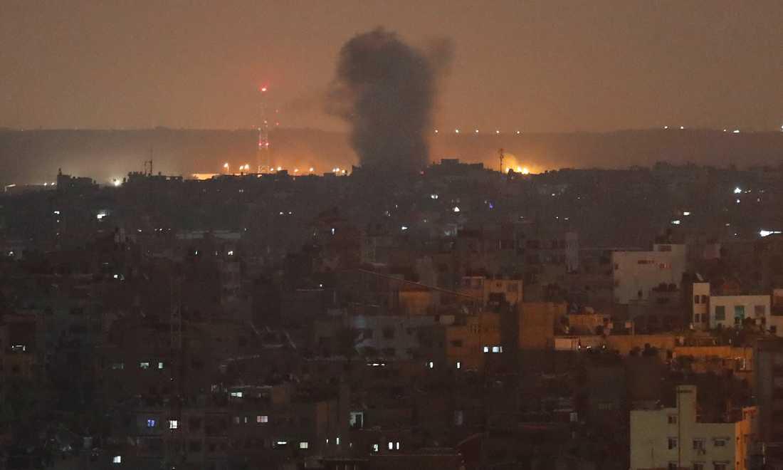En explosion vid en israelisk robotattack mot Gaza City på onsdagskvällen.
