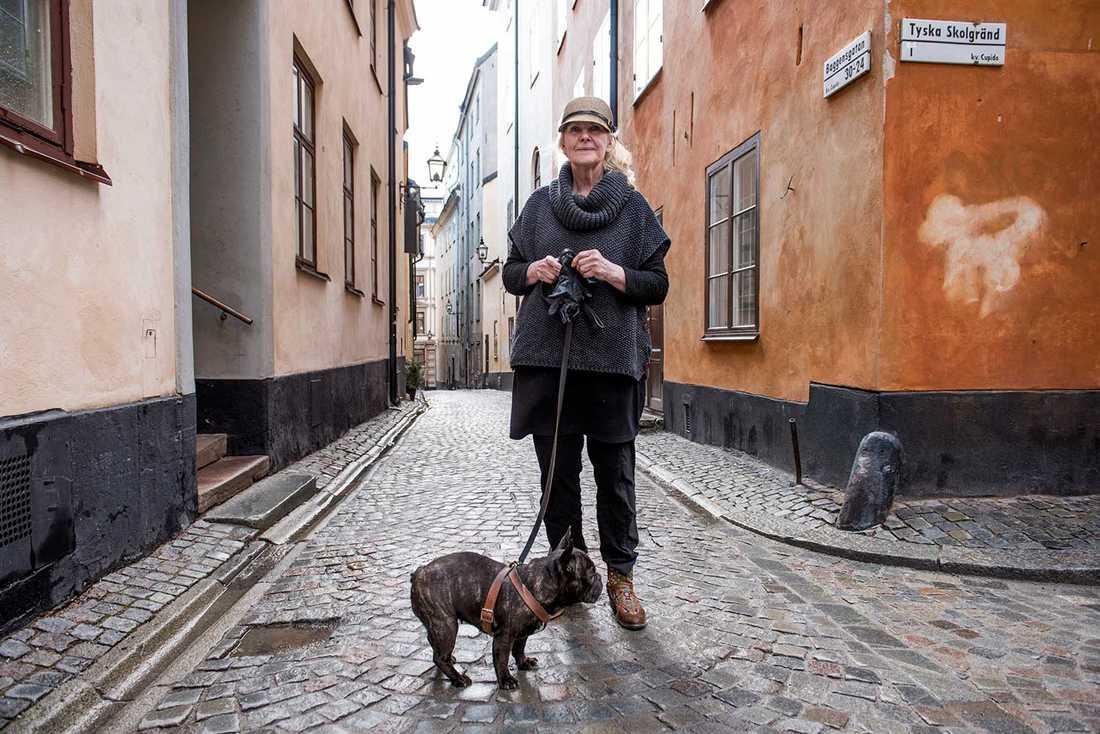 """""""Jag har ett bed and breakfast i Gamla stan sedan några år. Det har kommit två svenskar, resten är från hela världen"""", säger Agneta Zetterström, 67, här med Stina, 4."""