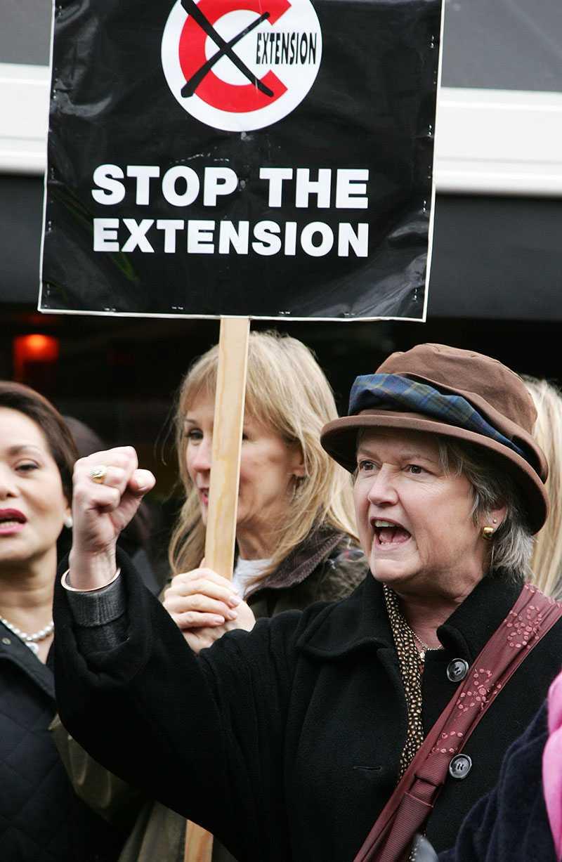 En arg dam protesterar mot utökning av trängelskatt-området i London. Bilden är från 2007.