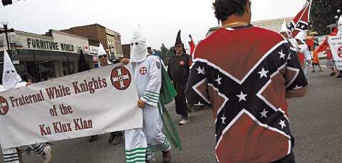 """HATGRUPPER VÄXER Ku klux klan-anhängare deltar i den årliga """"Nathan Bedford Forrest Birthday march"""" i Pulaski, Tenessee, 11 juli. Nathan Bedford var en av förgrundgestalterna i klanens historia."""