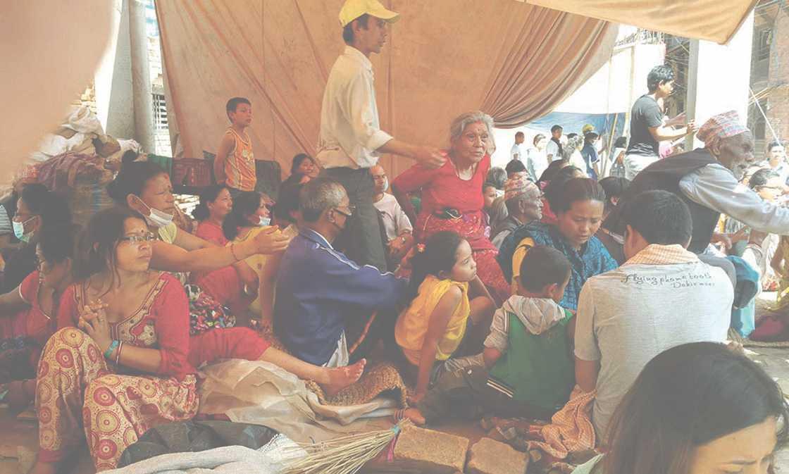 Nepaleser samlade i ett tillfälligt härbärge efter skalvet i Bhaktapur.