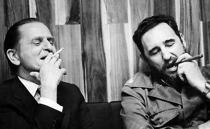 Olof Palme röker tillsammans med Fidel Castro under ett besök på Kuba 1975.