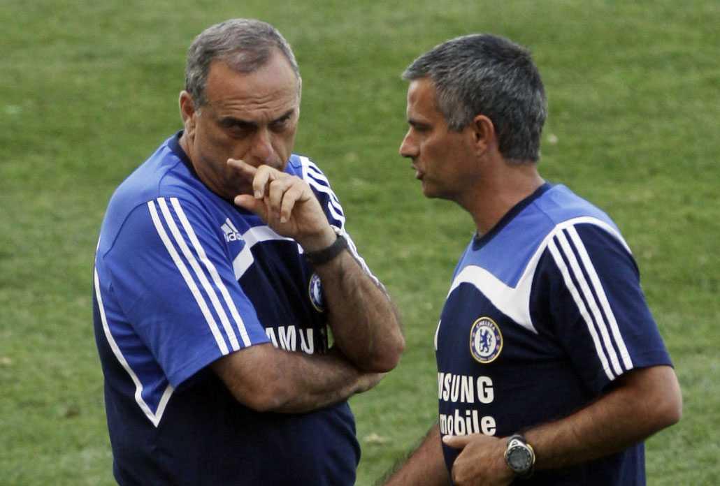 Avram Grant till vänster blir ny tränare i Chelsea. Här pratar han med Jose Mourinho.