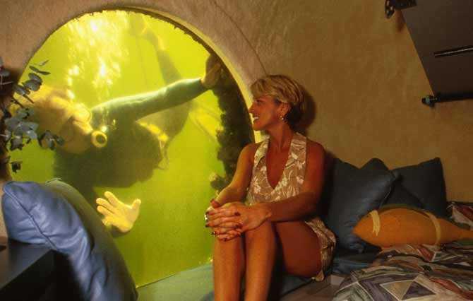 JULES UNDERSEA LODGE Utanför Key Largo i Florida ligger hotellet som kräver att du dyker ner sju meter under havsytan för att komma in i. På 1970-talet användes anläggningen till forskning men här finns nu två rum, som domineras av 42 tums runda fönster där gästerna kan studera färggranna fiskar på nära håll. Dykutrustning och obegränsat antal syretuber ingår. Prisläge: över 550 euro/natt.