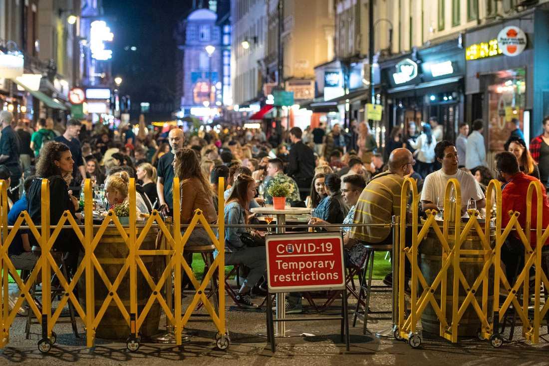 Mer eller mindre begränsat. Londonbor tycks ta lätt på påbuden – men nu skärps de. Arkivbild från London den 12 september.