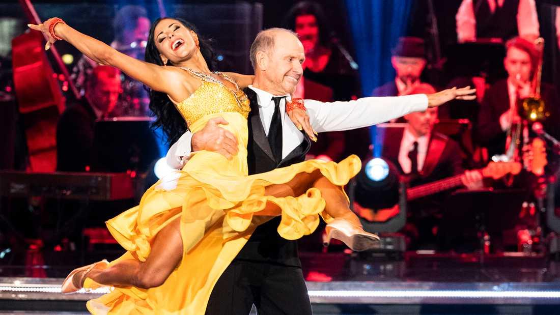 """Thomas Ravelli dansar med Jasmine Takács i """"Let's dance""""."""