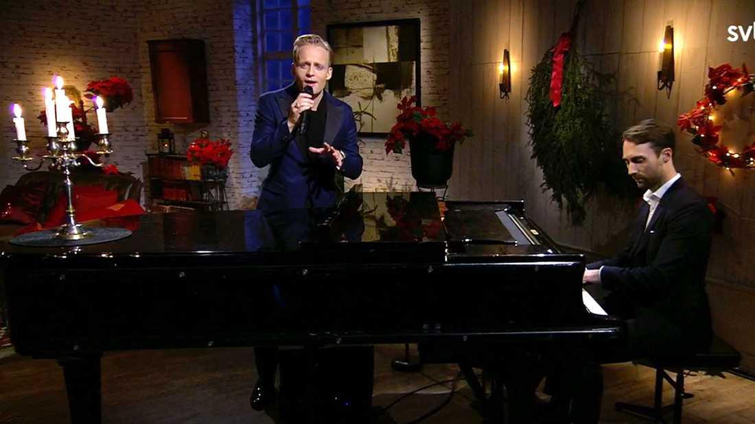 """Andreas Weise sjunger en av pappa Arnes julfavoriter, """"The Christmas song"""" hos SVT:s julvärd."""