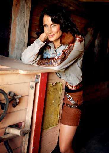 Coolt. Sliten jeansjacka med pälskrage och vackra applikationer, 2 750 kronor från Lili Nucci, till kort brun kjol med läderband, 899 kronor från Nolita. Bruna mockastövlar, Don & Donna.