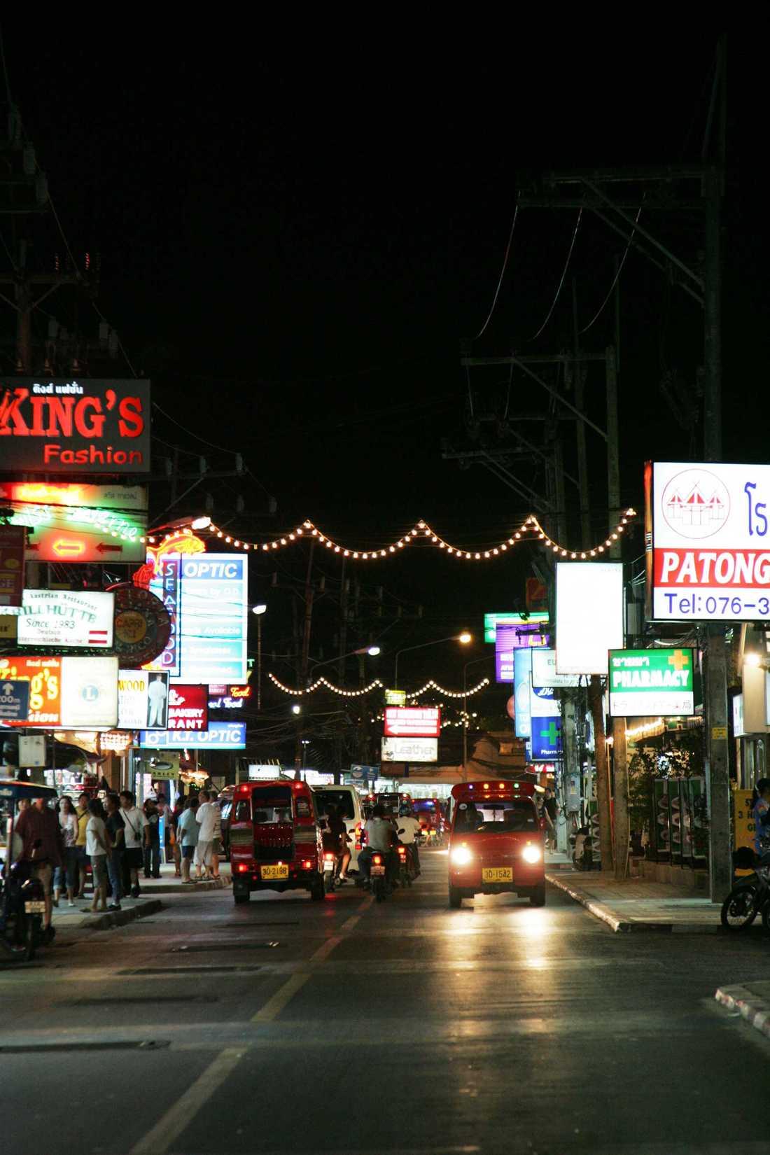 Allt grövre våldsbrott som ibland drabbar turister riskerar att skrämma bort utlänningar från Phuket. Bilden är från Patong.