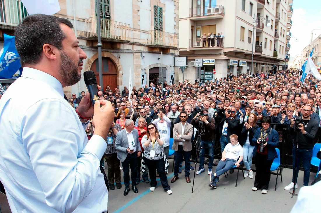 Det främlingsfientliga italienska partiet Legas ledare Matteo Salvini kampanjar i Putignano inför EU-valet.