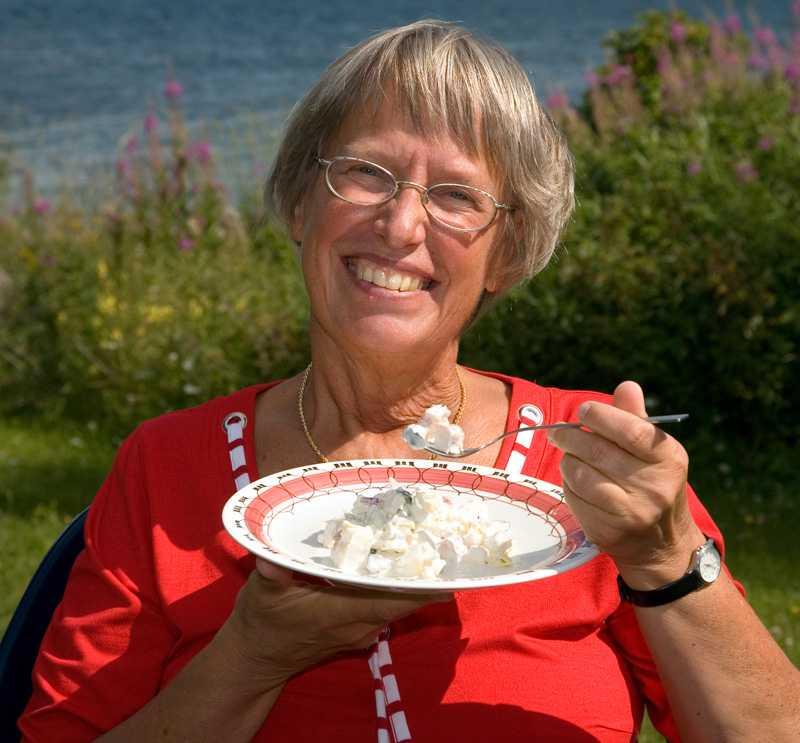 """""""Fettdoktorn"""" Annika Dahlqvist rekommenderar grädde, ost och smör – men varnar för färskpotatis och jordgubbar."""