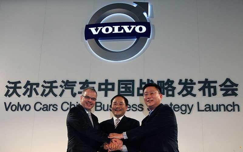 Ett år efter att Geely köpt Volvo sjösätter företaget sin utvecklingsplan – och bygger fabriker i Kina. Här med dåvarande vdn Stefan Jacoby.