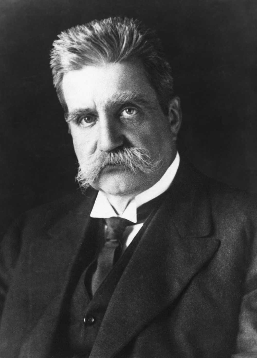Hjalmar Branting delade Nobels fredspris 1921 med norrmannen Christian Lous Lange. De fick priset i egenskap av Sveriges delegat i Nationernas förbund respektive Generalsekreterare för Interparlamentariska unionen.