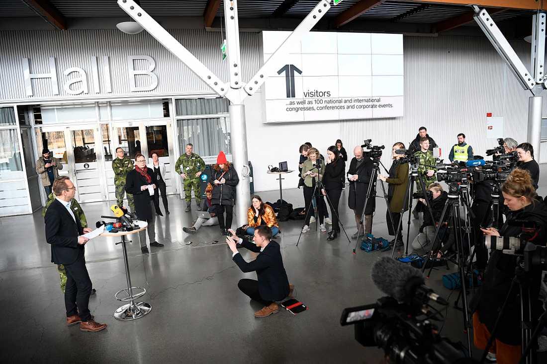 Presskonferensen vid mässhällarna i Älvsjö.