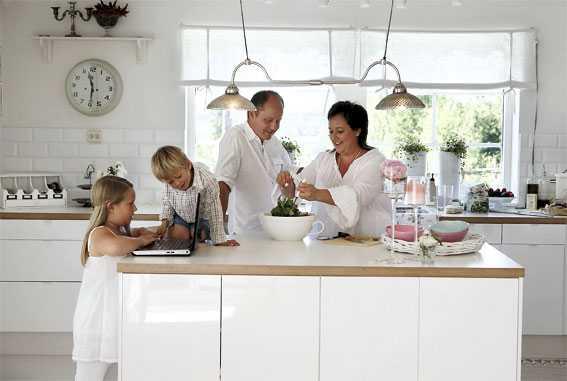 Köket som är en blandning av modernt och lantligt, är familjens naturliga samlingspunkt.
