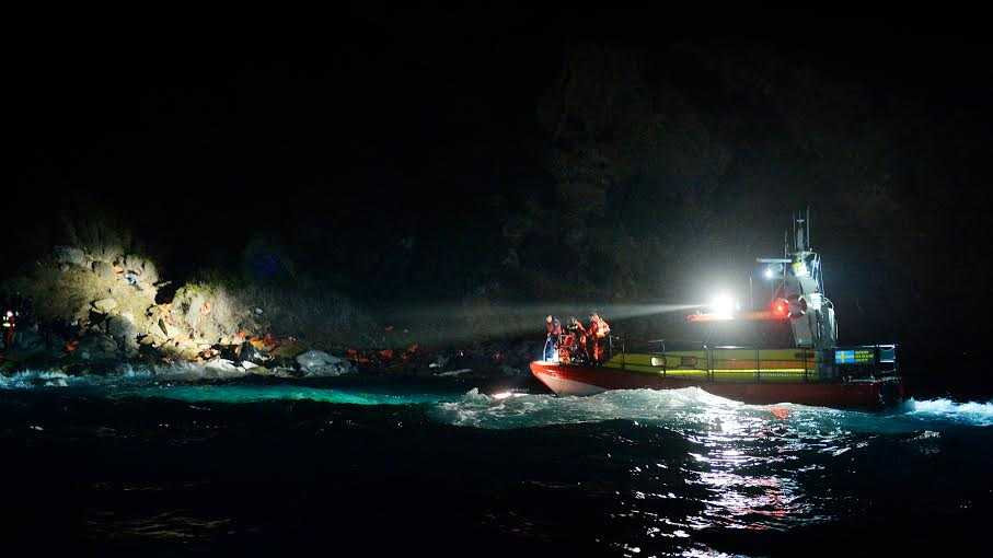 Bild från Gula båtarnas räddningsaktion när familjen fick hjälp från klipporna.