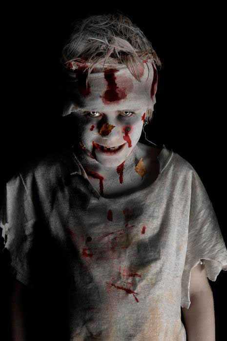 """""""Här är vår son Baldur Teodor Petersson, sminkad till kalas. Han är 11 år och allt som allt tog det nog 1,5 timme att sminka upp. Att sätta lite belysning underifrån gör ju också att han ser lite läskigare ut :-)."""""""