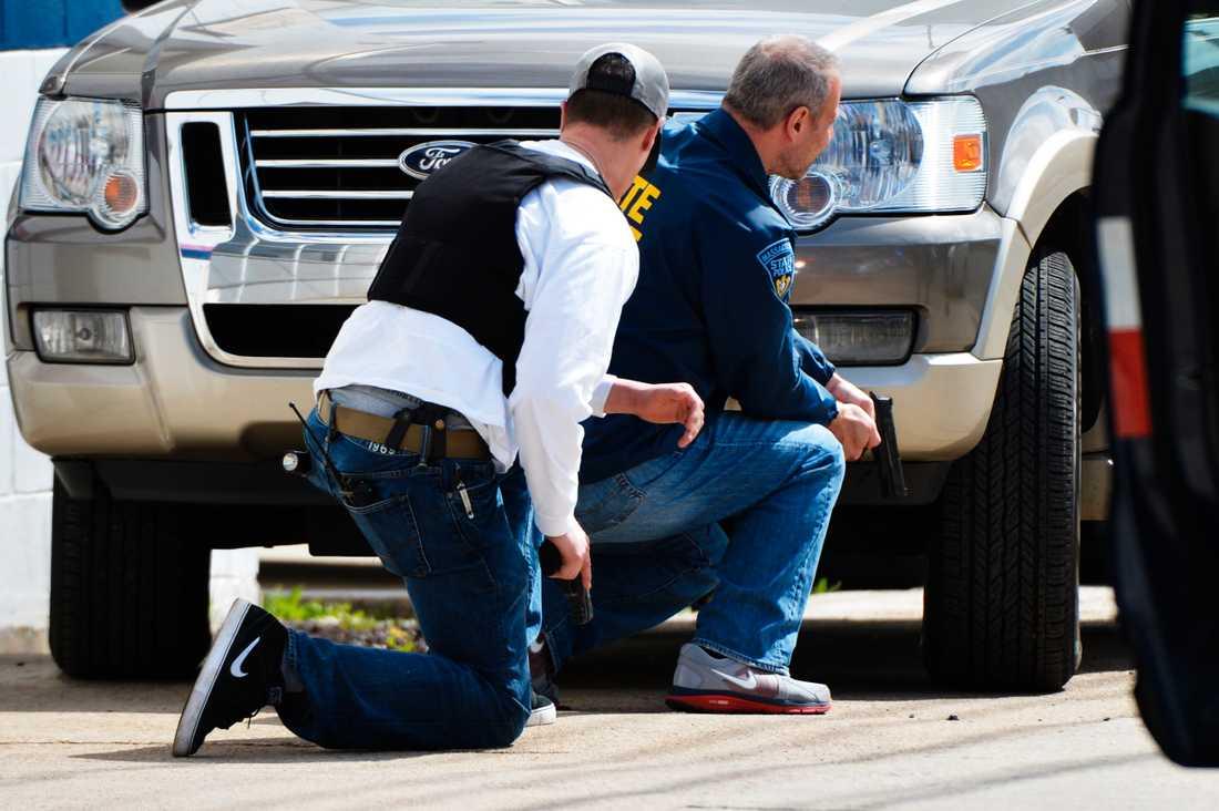 Poliser jagar bombmännen i Boston.
