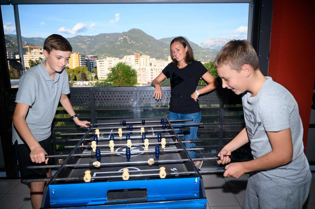 Elena Modena med två av sina barn, Michele och Paolo, på balkongen i lägenheten i Bolzano. Nu vill de flytta till ett hus.