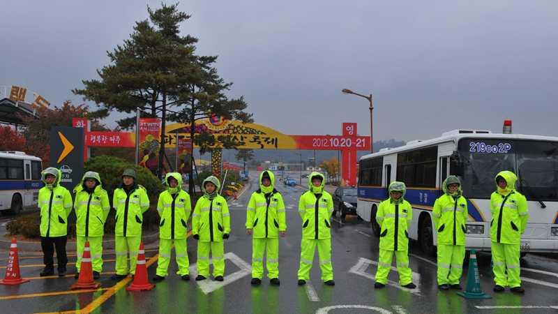 Sydkoreanska poliser blockerar infarten till det område där aktivister skulle släppa iväg propagandaballonger in i Nordkorea.