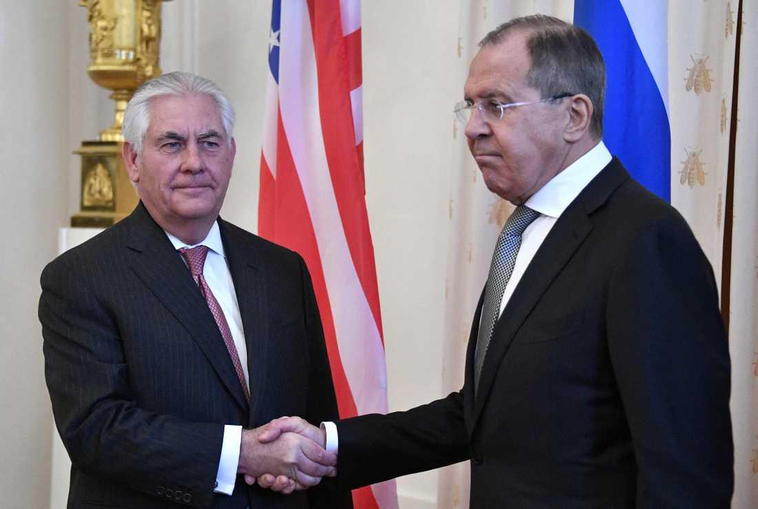 Tillerson och Lavrov skakar hand vid sitt möte.