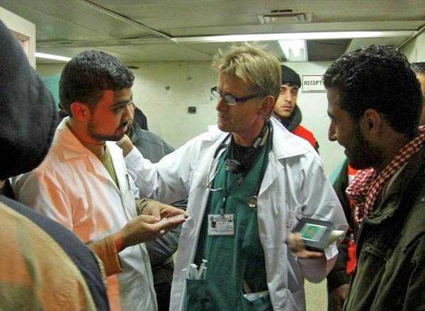 """Den norska läkaren Mads Gilbert befinner sig på Gaza Citys sjukhus. På måndagen skickade han ut ett sms till omvärlden. """"Vi vadar i död och blod"""""""