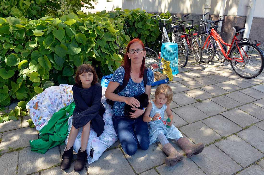 """""""Det är så tätbebyggt så vi förstod att vi skulle evakueras"""", säger Felizia Pedersen som fick ta med sig de fem barnen och katten, kaninen och marsvinet ut på gatan."""