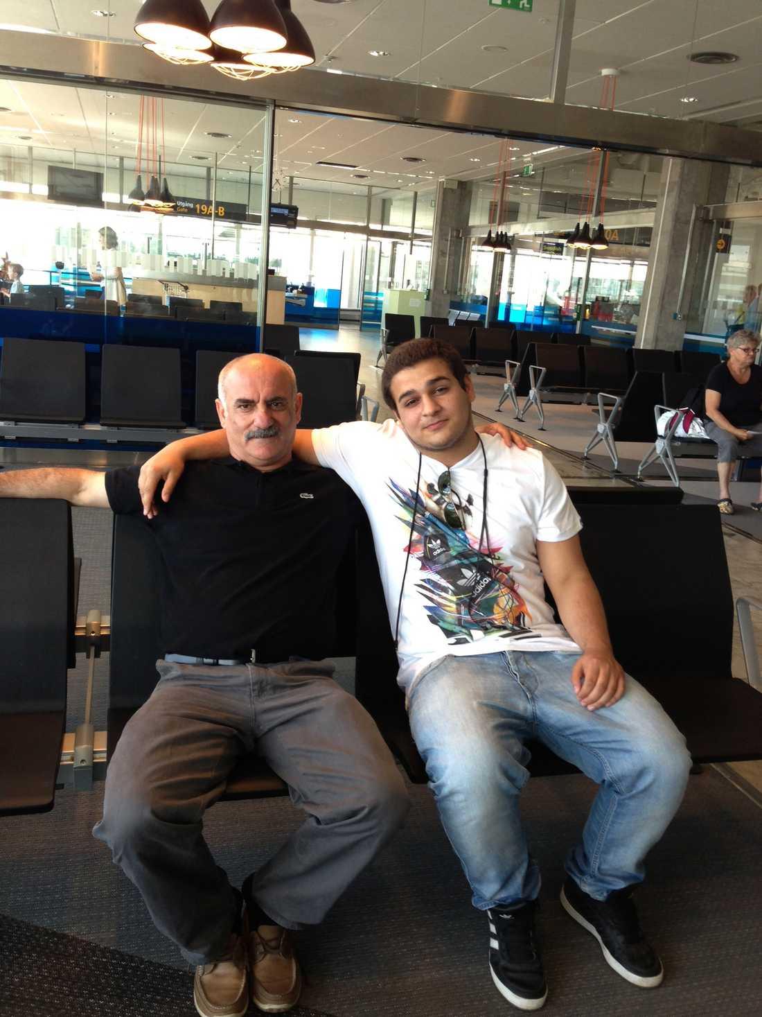 Halef Tak med sin son Delil på flygplatsen i Göteborg timmen innan de ska resa på sin efterlängtade semester till Bulgarien.