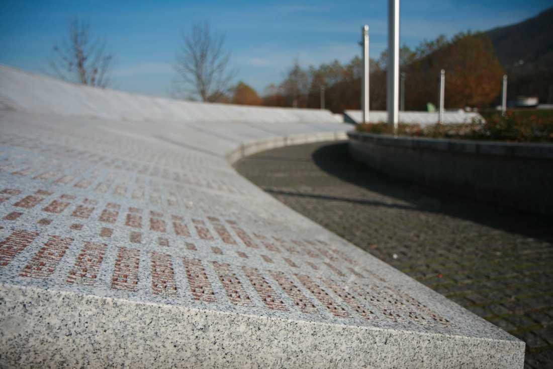 Ofta mördades hela släkter i Srebrenica. Namnen står inristade i bokstavsordning