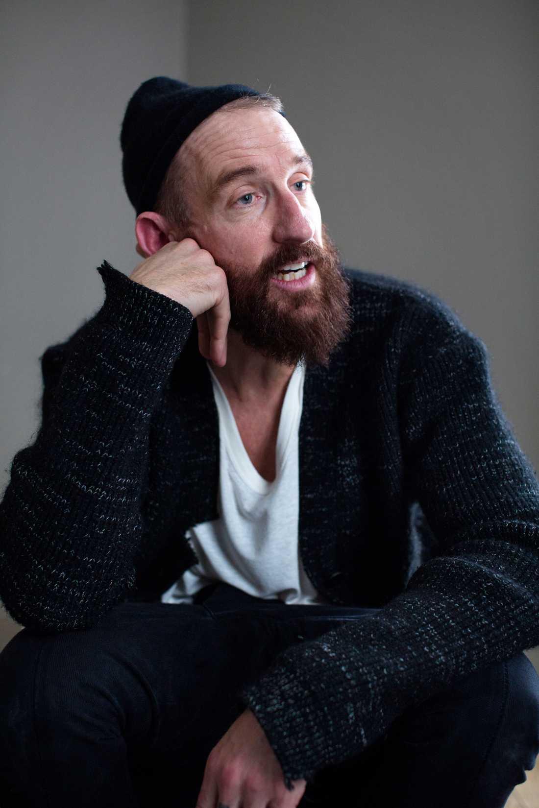 """Regissören och artisten Johan """"Stakka Bo"""" Renck blir pappa igen – vilken dag som helst. Dessutom har han just vunnit pris i SYdkorea för succéserien """"Ettor och nollor""""."""