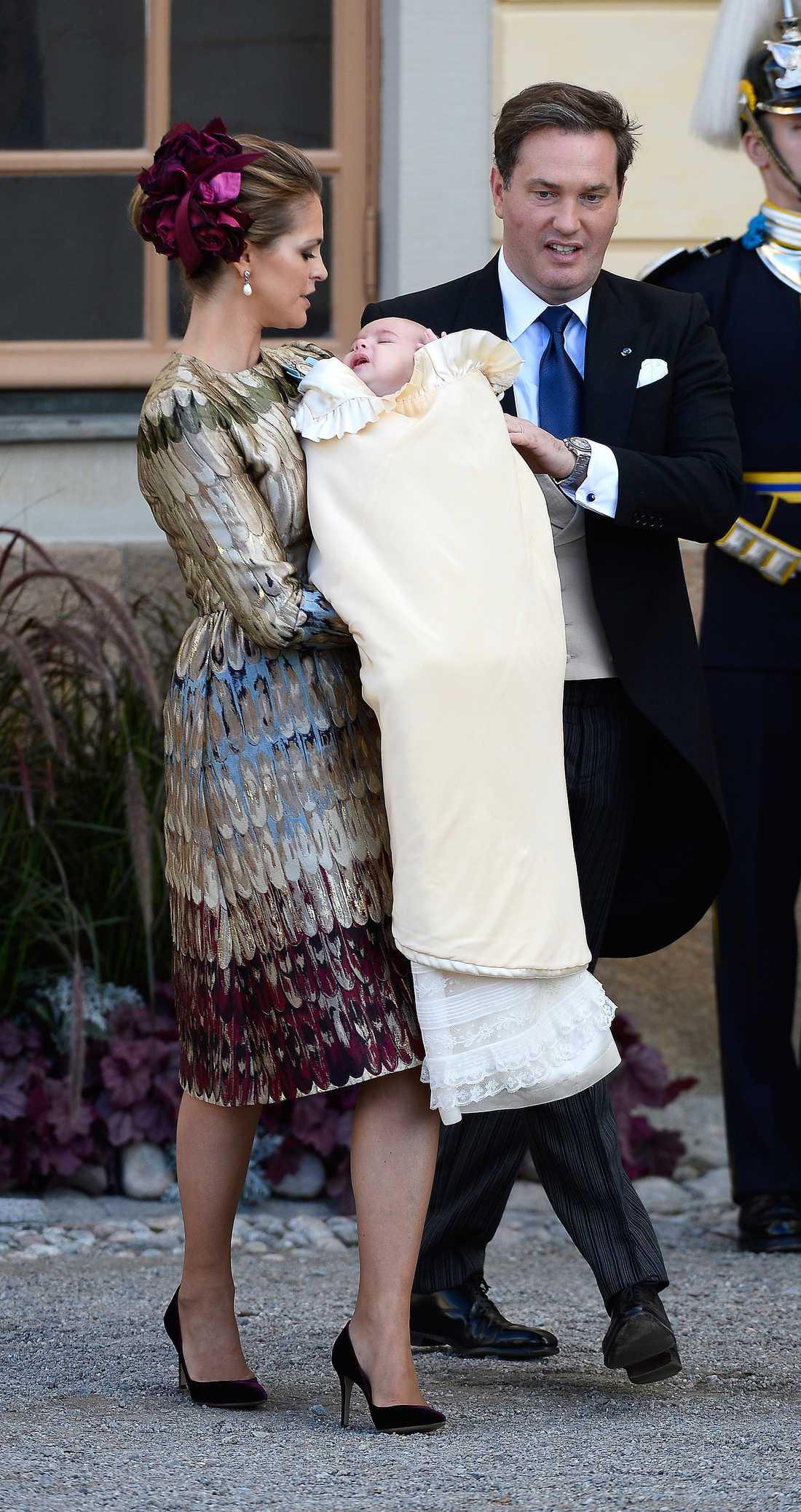 e8a6ed17714 När det var dags för Madeleine att döpa sonen Nicolas var klänningen ännu  dyrare. Valentinos