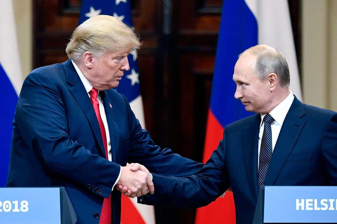 Donald Trump och Vladimir Putin skakar hand i Helsingfors.