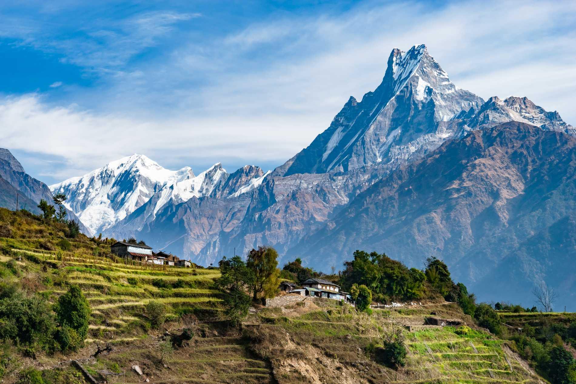 Bergskedjan Himalaya går genom Nepal.