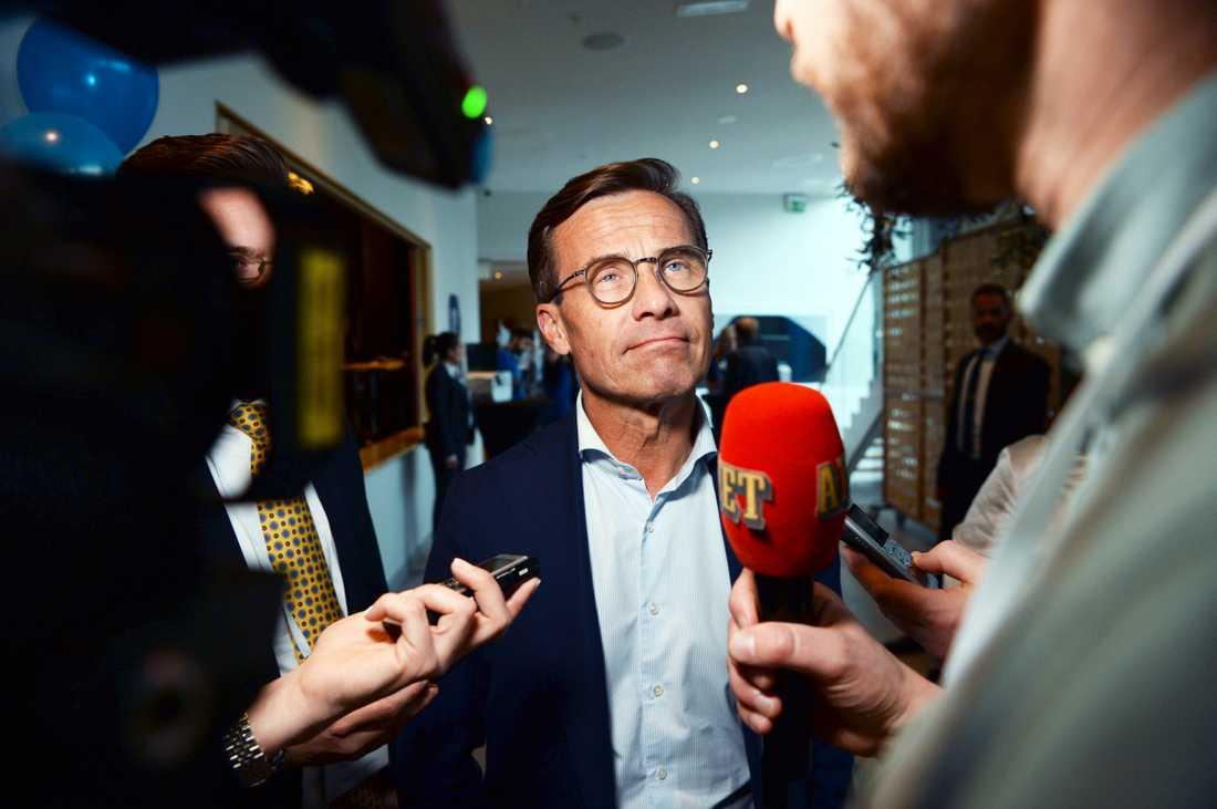 Ulf Kristersson (M) anländer till partiets valvaka på Clarion Sign i Stockholm.