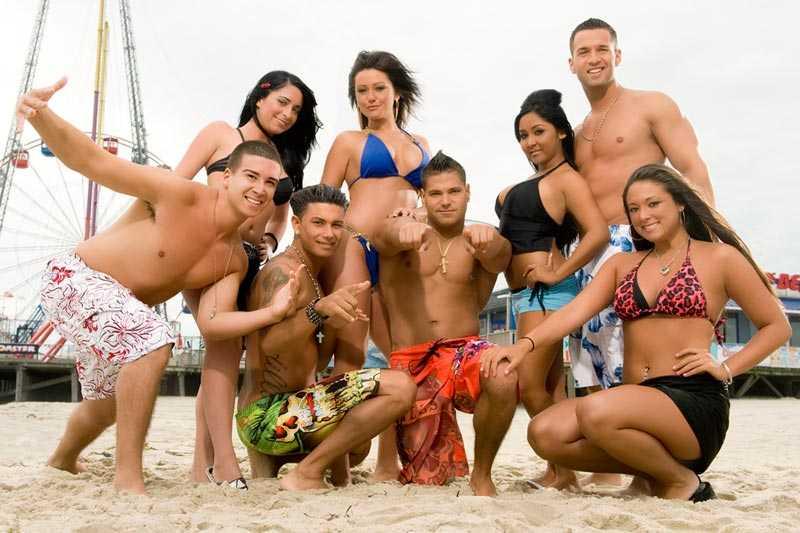 "Vinnie, Angelina, DJ Pauly D, Jenni ""J-Woww"", Ronnie, Nocole ""Snookie"", Mike ""The Situation"", Sammi Sweetheart i ""Jersey Shore""."