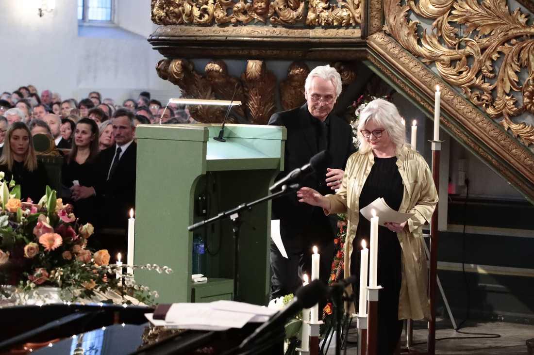 Ari Behns mor och far, Marianne Behn och Olav Bjørshol under begravningen.