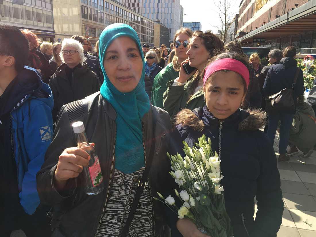 Houria Bzioui och Fadwa Gaballa lämnade blommor.