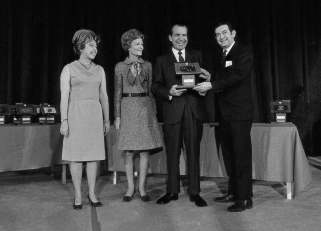 USA:s president Richard Nixon donerar den 3 december 1969 en månsten på en plakett till Alaskas guvernör Keith Mille. Många år senare påstås stenen ha hittats i en soptunna. Arkivbild.