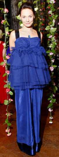 Carina Berg Svart och mörkblått är en cool färgkombination precis som Carina Berg. Men själva passformen är inte smickrande för hennes figur. Marängfluffet i form av tyll sitter konstigt placerat mitt på magen. Betyg: 3/5