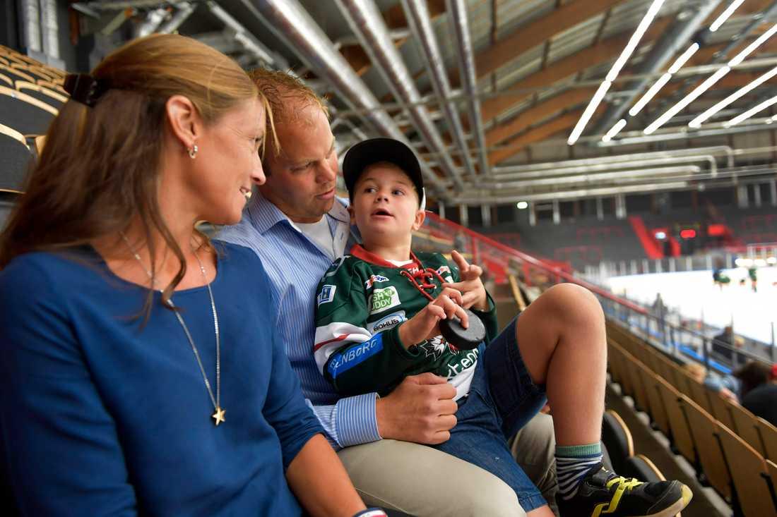 Iförd Frölundatröjan som Hugo fick av Joel kollar han in stjärnans isträning med mamma och pappa.