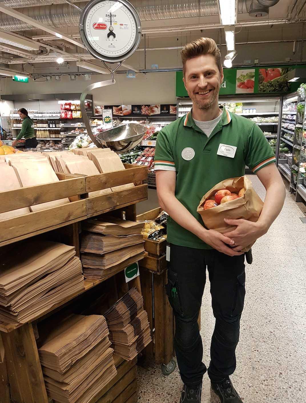 Tom är initiativtagaren för papperspåsarna.