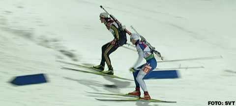 Ett tiotal åkare tog fel väg och straffades med tidstillägg, däribland Ole Einar Björndalen. På bilden ser man tydligt hur två av de straffade åkarna struntar i de blå markeringarna och tar en genväg.